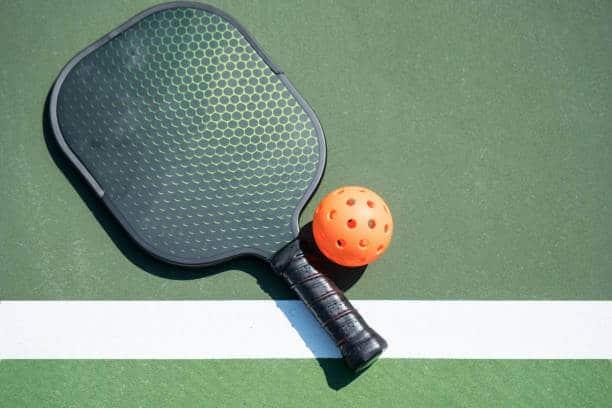 Raquete e bola de Pickleball