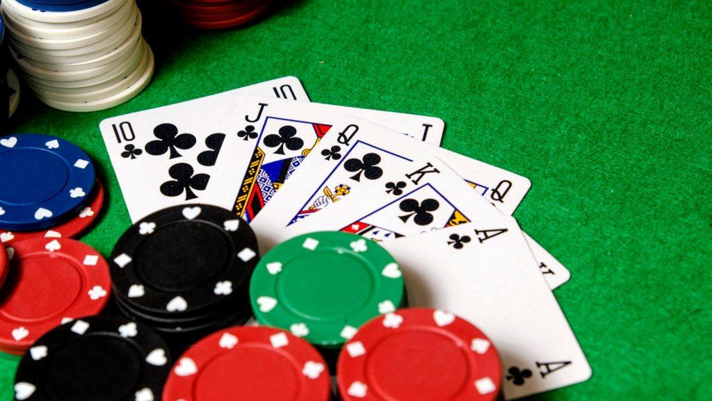 Como jogar pôquer