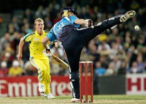 Rebatedor pode chutar a bola no críquete?